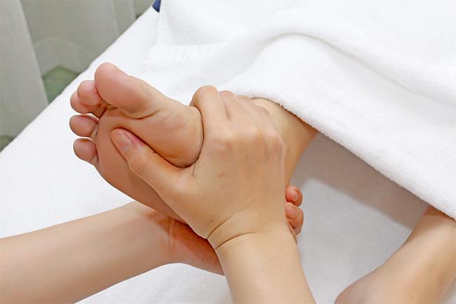 Các chuyên viên bấm huyệt bàn chân giúp lưu thông máu