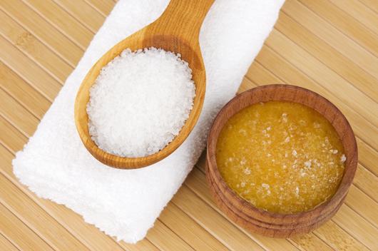 Tẩy tế bào chết bằng muối và mật ong