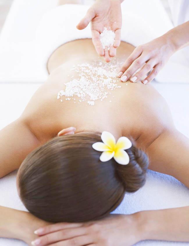 Các chuyên viên sẽ nhẹ nhàng massage loại bỏ da chết